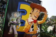 """<p>Imagen de archivo del personaje animado """"Woody"""" de la película """"Toy Story 3"""", en Hollywood. Jun 13 2010 Los personajes animados Buzz Lightyear y Woody se mantuvieron por cuarta semana consecutiva en la cima de la taquilla británica, informó el martes Screen International. REUTERS/Danny Moloshok/ARCHIVO</p>"""