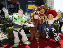 """<p>Personagens de """"Toy Story 3"""" em cinema de Hollywood.O filme se manteve pela quarta semana na liderança das bilheterias britânicas. 13/06/2010 REUTERS/Danny Moloshok/Arquivo</p>"""