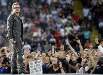 <p>Imagen de archivo del vocalista de la banda U2, Bono, durante un concierto en Fráncfort. Ago 10 2010. La fecha del concierto que la banda de rock irlandesa U2 iba a ofrecer en el Estadio Olímpico de Sevilla se aplazó un día al jueves 30 de septiembre, debido a la convocatoria de huelga general en España, según informó el jueves la empresa promotora del evento. REUTERS/Alex Domanski/ARCHIVO</p>