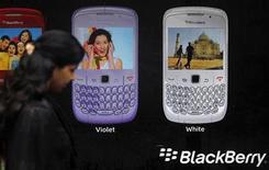 <p>Foto de archivo de una mujer frente a un anuncio comercial del teléfono Blackberry en Mumbai, India, ago 17 2010. Los organismos de seguridad de India intentan hallar un modo de acceder al correo electrónico corporativo de BlackBerry tras obtener datos encriptados en un formato legible, dijo el jueves una fuente gubernamental. REUTERS/Danish Siddiqui</p>
