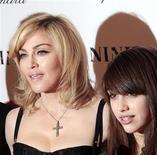 """<p>Imagen de archivo de Madonna junto a su hija Lourdes, en la premier de la película """"Nine"""", en Nueva York. Dic 15 2009. Madonna fue demandada debido a su nueva línea de moda para adolescentes """"Material Girl"""" por una compañía de ropa californiana que dice haber estado utilizando el nombre desde 1997. REUTERS/Lucas Jackson/ARCHIVO</p>"""