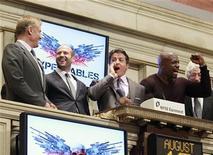 """<p>Foto de archivo del elenco de la pelícila """"The Expendables"""" durante la apertura del mercado en el parqué de Wall Street en Nueva York, ago 19 2010. Todas las miradas estarán puestas en una banda de viejos duros durante este fin de semana. REUTERS/Brendan McDermid</p>"""