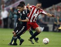 <p>Frank Ribéry, do Bayern de Munique, passa pela marcação do brasileiro Josué, do Wolfsburg, em partida do Campeonato Alemão. 20/08/2010 REUTERS/Michael Dalder</p>
