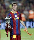<p>Lionel Messi, do Barcelona, exibe o troféu da Supercopa espanhola depois de vencer o Sevilla no estádio de Nou Camp, Barcelona, 21 de agosto de 2010. REUTERS/Gustau Nacarino</p>