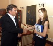 <p>Angelina Jolie (dir) cumprimenta membro croata da Presidência tripartite da Bósnia, Zeljko Komsic. 21/08/2010 REUTERS/Divulgação</p>