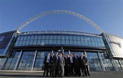 <p>Dirigentes da Fifa posam para foto diante do estádio de Wembley, em Londres. 23/08/2010 REUTERS/Andrew Winning</p>