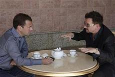 <p>Russia's President Dmitry Medvedev (L) meets with Bono, lead singer of Irish band U2, at the presidential residence Bocharov Ruchei in Sochi August 24, 2010. REUTERS/RIA Novosti/Kremlin/Mikhail Klimentyev</p>