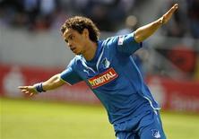 <p>Carlos Eduardo do Hoffenheim comemora gol em jogo contra o Bayern de Munique em 2009. 16/05/2009 REUTERS/Kai Pfaffenbach/Arquivo</p>