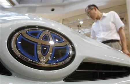 A visitor looks at Toyota Motor Corp's Prius hybrid car at the Toyota Motor Corp showroom in Tokyo August 4, 2010. REUTERS/Yuriko Nakao