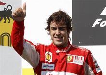 <p>Fernando Alonso comemora segundo lugar no GP da Hungria no começo do mês. Alonso buscará a quarta vitória seguida no Grande Prêmio da Bélgica para a Ferrari no próximo domingo. 01/08/2010 REUTERS/Laszlo Balogh</p>