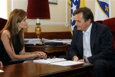 <p>Atriz Angelina Jolie conversa com Haris Silajdzic, membro muçulmano da Presidência bósnia tripartidária, durante sua visita a Sarajevo. Jolie irá dirigir seu primeiro filme a ser rodado na Bósnia. REUTERS/Bosnian Presidency Press Office/Handout</p>