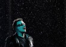 <p>Bono, líder de U2, durante la presentación del grupo en Moscú, agto 25 2010. El grupo internacional en defensa de los derechos humanos Amnistía dijo que cinco de sus miembros fueron detenidos mientras distribuían volantes el miércoles durante un concierto de U2 en Moscú, la capital rusa. REUTERS/Denis Sinyakov</p>