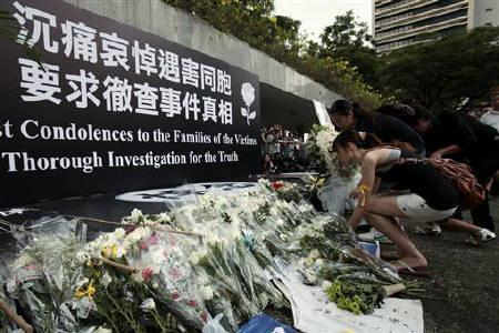 2010年8月29日,香港市民在香港立法会外面悼念马尼拉人质事件遇难者。REUTERS/Tyrone Siu