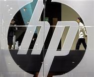 <p>Hewlett-Packard a annoncé lundi que son conseil d'administration avait autorisé pour dix milliards de dollars de rachats d'actions supplémentaires, faisant gagner plus de 2% au titre, alors même que le groupe est engagé dans une compétition féroce pour le rachat de la société de stockage de données 3PAR. /Photo d'archives/REUTERS/Paul Yeung</p>