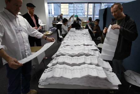 Electoral officials count ballot papers at an Australian Electoral Commission office in Melbourne August 24, 2010. REUTERS/Mick Tsikas