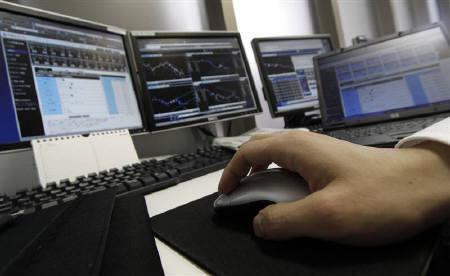 8月31日、池田元久財務副大臣は、「急激な変動には断固たる措置をとらなければならない」と語った。写真は昨年1月、都内の外為トレーダー(2010年 ロイター/Toru Hanai)