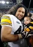 <p>Head & Shoulders a souscrit une police d'assurance d'un million de dollars pour la célèbre crinière de Troy Polamalu, star du football américain et icône de la marque de shampooing antipelliculaire. /Photo d'archives/REUTERS/Shaun Best</p>