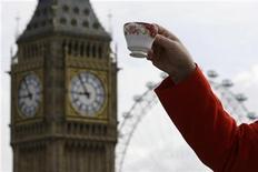 <p>Настоятель Вестминстерского аббатства Джон Холл держит чашку с чаем, 20 мая 2009 года. Британский пассажирский самолет совершил экстренную посадку в Германии из-за 56-летней женщины, пролившей на себя чашку чая, сообщила в среду немецкая полиция. REUTERS/Stefan Wermuth</p>