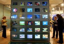 """<p>Le ministère du Budget envisage de relever de 5,5% à 19,6% la TVA sur la télévision payante, selon La Tribune, qui souligne que cette mesure s'appliquerait à Canal Plus, CanalSat, Numericable et à la moitié des forfaits """"triple play"""" des fournisseurs d'accès à internet. /Photo d'archives/REUTERS/Eric Gaillard</p>"""