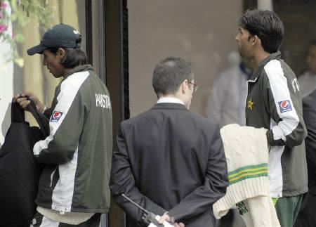 Pakistani cricket players Mohammad Amir (L) and Mohammad Asif arrive at the team hotel after their team's defeat against England, in London, August 29, 2010. REUTERS/Paul Hackett