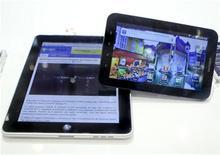 <p>El iPad de Apple junto al Galaxy Tab de Samsung, en una feria internacional en Berlín. Sep 2 2010 El PC Tablet de Samsung Electronics saldrá a la venta en dos semanas, dijo el jueves el fabricante surcoreano, que con este lanzamiento se suma a la caza para desafiar al iPad de Apple. REUTERS/Thomas Peter</p>