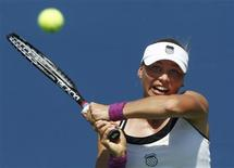 <p>Vera Zvonareva of Russia plays a shot to Sabine Lisicki of Germany during the U.S. Open tennis tournament in New York September 2, 2010. REUTERS/Kevin Lamarque</p>