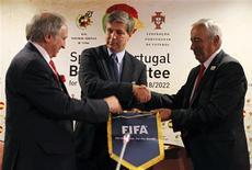 <p>O chefe de inspeção da Fifa, Harold Mayne-Nicholls (centro), o diretor da candidatura Miguel Angel Lopez e o secretário-geral da federação portuguesa de futebol, Angelo Brou, reúnem-se em Lisboa nesta quinta-feira. REUTERS/Jose Manuel Ribeiro</p>