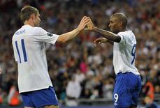 <p>Jermain Defoe celebra com James Milner gol em vitória da Inglaterra por 4 x 0 sobre a Bulgária. REUTERS/Toby Melville</p>