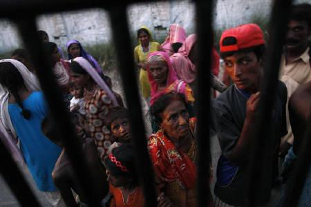 Flood victims wait for food to be distributed by a charity organization in Pakistan's Muzaffargarh district of Punjab province September 3, 2010.  REUTERS/Damir Sagolj