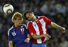 <p>O japonês Hajime Hosogai (esq) e o paraguaio Roque Santa Cruz durante amistoso em Yokohama. O Japão se vingou da eliminação na Copa do Mundo ao derrotar o Paraguai por 1 x 0 neste sábado. 04/09/2010 REUTERS/Kim Kyung-Hoon</p>