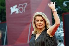 """<p>Atriz Catherine Deneuve no tapete vermelho para divulgar """"Potiche"""" no Festival de Veneza. O filme que se passa nos anos 1970, examina os preconceitos que mulheres enfrentavam e ainda enfrentam nos dias de hoje. 04/09/2010 REUTERS/Tony Gentile</p>"""
