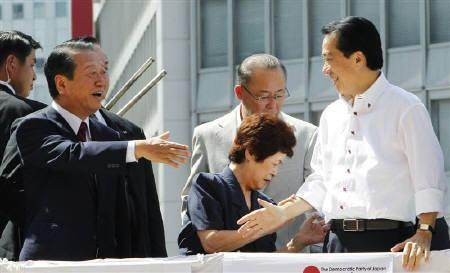 Japanese ruling party powerbroker Ichiro Ozawa (L) shakes hands with Prime Minister Naoto Kan at a campaign for Democratic Party of Japan (DPJ) leadership vote in Tokyo September 4, 2010. REUTERS/Kim Kyung-Hoon