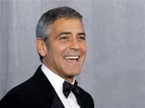 """<p>Foto de archivo del actor George Clooney tras recibir el premio Bob Hope en la ceremonia de entrega de los Emmy en Los Angeles, ago 29 2010. Clooney ganó por poco la pelea de los asesinos por la taquilla de América del Norte cuando """"The American"""" superó a """"Machete"""" en el fin de semana del Día del Trabajo. REUTERS/Danny Moloshok</p>"""
