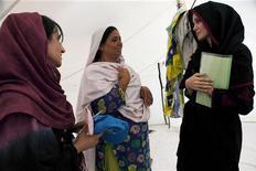 <p>Atriz Angelina Jolie em visita ao acampamento de desabrigados em Nowshera, no Paquistão, nesta terça-feira. Jolie diz que Paquistão precisa de ajuda de longo prazo. REUTERS/Jason Tanner</p>