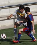 <p>Alexandre Pato disputa bola com Carles Planas durante jogo-treino do Brasil com o Barcelona nesta terça-feira. REUTERS/Albert Gea</p>