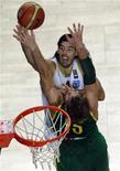 <p>O pivô Luis Scola, do Houston Rockets, marcou 10 dos últimos 12 pontos argentinos contra o Brasil. 07/09/2010 REUTERS/Mark Blinch</p>