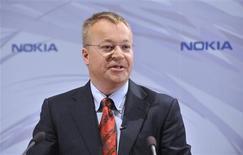"""<p>Correction: dans notre légende du 10 septembre, bien lire dans le titre et dans le texte que Stephen Elop est nommé au poste de directeur général, et non PDG // Stephen Elop, qui dirigeait jusqu'à présent la divison """"Business"""" de l'américain Microsoft, a été nommé au poste de directeur général de Nokia, un choix qui traduit la volonté de la firme finlandaise de reprendre l'initiative sur le marché des smartphones. Stephen Elop remplacera officiellement le 21 septembre le PDG sortant Olli-Pekka Kallasvuo. /Photo prise le 10 septembre 2010/REUTERS/Lehtikuva/Markku Ulander</p>"""