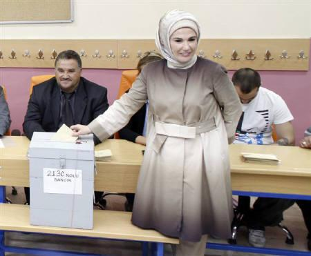 Emine Erdogan casts her vote for a referendum on a constitutional reform bill in Istanbul September 12, 2010. REUTERS/Osman Orsal