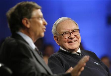 Billionaire investor Warren Buffett (R) and Microsoft Corporation founder Bill Gates (L) appear together for a town hall style meeting with business students broadcast by the the financial television network CNBC at Columbia University in New York, November 12, 2009. REUTERS/Mike Segar