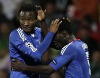 <p>Michael Essien e John Obi Mikel comemora gol em goleada do Chelsea sobre o Zilina por 4 x 1. REUTERS/David W Cerny</p>