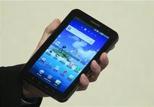 <p>O tablet Galaxy é apresentado em Berlim. A Samsung Electronics firmou acordo com quatro operadoras nos Estados Unidos para vender seu tablet com o sistema Android, do Google, durante as festas de final de ano.02/09/2010.REUTERS/Thomas Peter</p>
