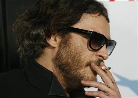 Actor Joaquin Phoenix smokes a cigarette at the Los Angeles premiere of the movie ''Che'' during the AFI (American Film Institute) Fest 2008 at the Grauman's Chinese theatre in Hollywood, California November 1, 2008. REUTERS/Mario Anzuoni