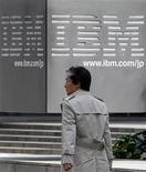 <p>IBM veut racheter le spécialiste des logiciels Netezza pour 27 dollars par action, soit environ 1,7 milliard de dollars (1,3 milliard d'euros) au total, afin de développer ses activités dans l'équipement informatique. /Photo prise le 18 mars 2010/REUTERS/Toru Hanai</p>