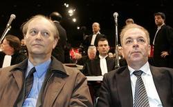 <p>Pol Hauspie (à gauche) et Jo Lernout, photographiés ici en mai 2007, qui aspiraient à devenir les pionniers d'une Silicon Valley belge, ont été condamnés lundi à cinq ans de prison, dont deux avec sursis, et une amende de 25.000 euros chacun. Les deux industriels, cofondateurs d'une entreprise de reconnaissance vocale, ont été jugés coupables de fraudes comptables et ventes fictives. /Photo d'archives/REUTERS/François Lenoir</p>