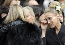 <p>Atriz norte-americana Sarah Jessica Parker deixa cerimônia em memória ao estilista britânico Alexander McQueen em Londres. REUTERS/Paul Hackett</p>