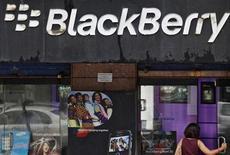 <p>Enseigne BlackBerry à Bombay. Les autorités indiennes sont en pourparlers avec la société canadienne Research in Motion pour avoir accès aux courriels d'entreprises transmis par son smartphone. /Photo prise le 31 août 2010/REUTERS/Danish Siddiqui</p>