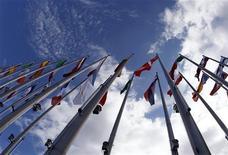 <p>Национальные флаги государств перед зданием Европейского Парламента в Страсбурге 13 июля 2009 года. Стремление России присоединиться к Всемирной торговой организации стало более реальным во вторник, а США заявили, что в переговорах, длящихся уже 17 лет, появилась новая энергия. REUTERS/Vincent Kessler</p>