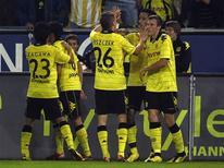 <p>Jogadores do Borussia Dortmund comemoram gol em vitória sobre o Kaiserslautern por 5 x 0. REUTERS/Ina Fassbender</p>