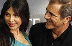 """<p>Mel Gibson (dir) e Oksana Grigorieva na estreia do filme """"O Fim da Escuridão"""" em Madri. Advogados de Grigorieva retrataram na quarta-feira a modelo como uma mulher """"aterrorizada"""" que nunca tentou extorquir dinheiro do ator. 01/02/2010 REUTERS/Juan Medina/Arquivo</p>"""