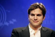 <p>El actor Ashton Kutcher durante un panel de discusión de la iniciativa Clinton en Nueva York, sep 23 2010. Kutcher tiene más de cinco millones de seguidores en Twitter y cuando el cantante John Mayer cerró su cuenta en el sitio web los suyos llegaban a 3,7 millones, pero poseer un gran número de devotos no es una garantía de ser influyente. REUTERS/Chip East</p>